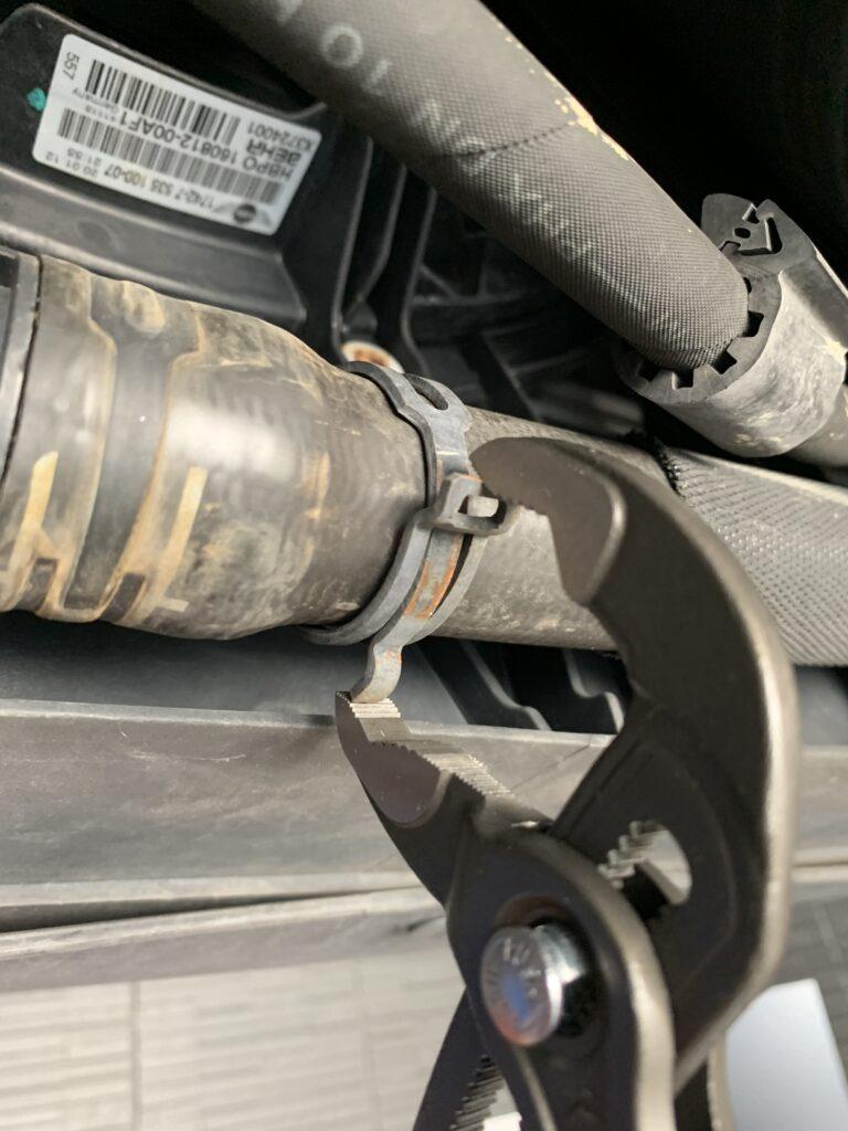 MINI CROSSOVER R60冷却ホースバンド取り外し